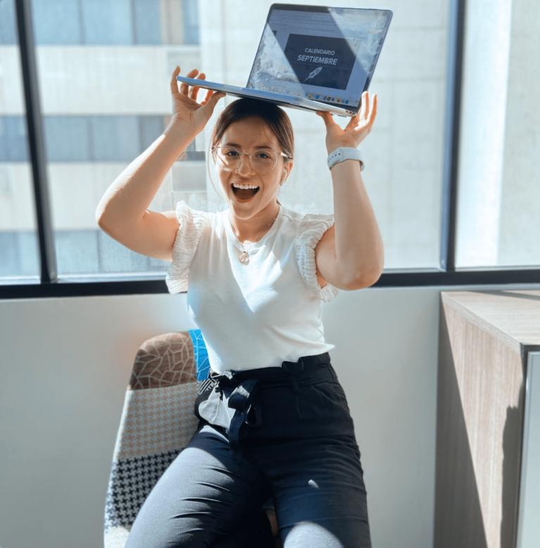 Chica Posando Con Computadora